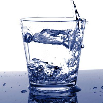 bere tanta acqua ogni giorno