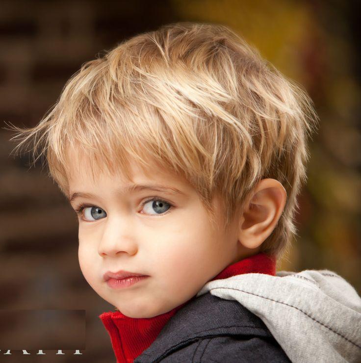 Come tagliare i capelli a un bambino biondo