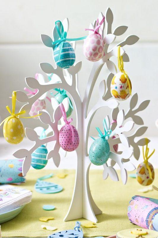 Uovo di Pasqua con albero di legno bianco