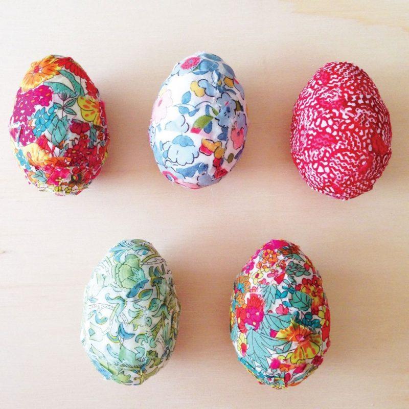 Uova di Pasqua con stoffa
