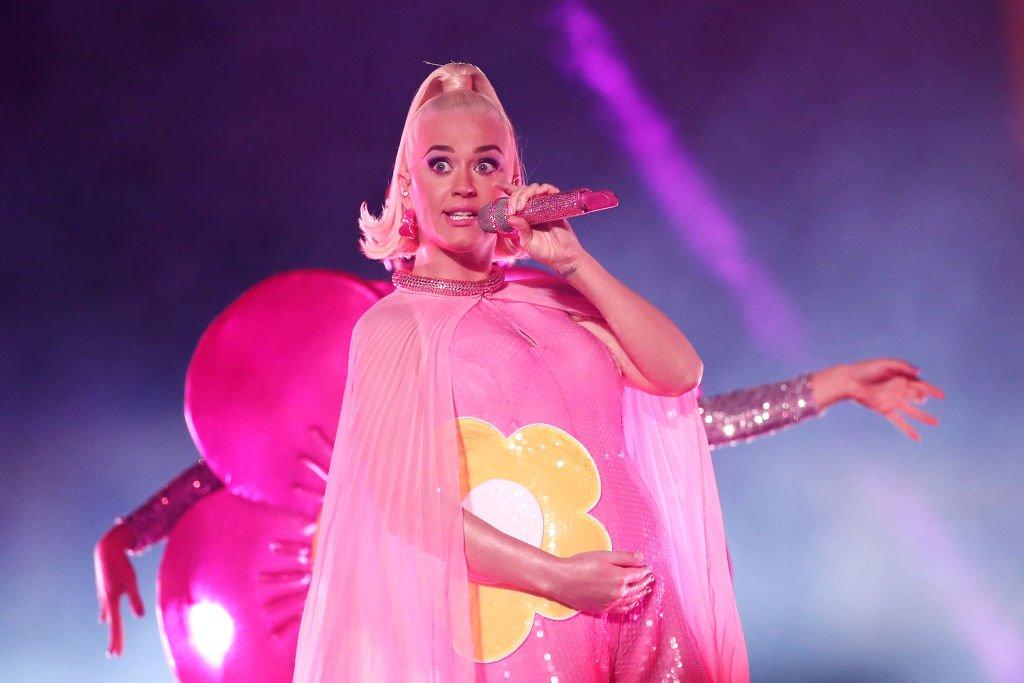 I look premaman di Katy Perry dal giallo fluo al rosa shocking
