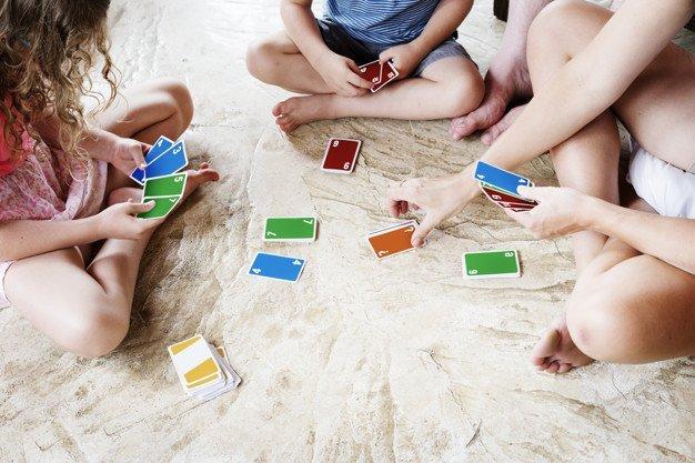 5 giochi con le carte per bambini da fare a casa