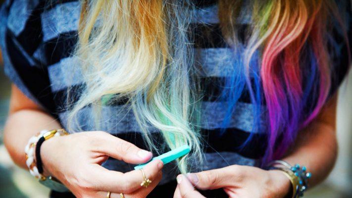 Colorare i capelli coi gessetti: ecco come fare e che colori usare