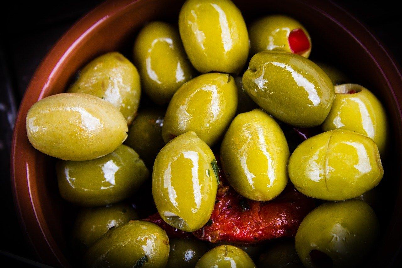 Olive in gravidanza: si possono mangiare? Quali sono le controindicazioni?