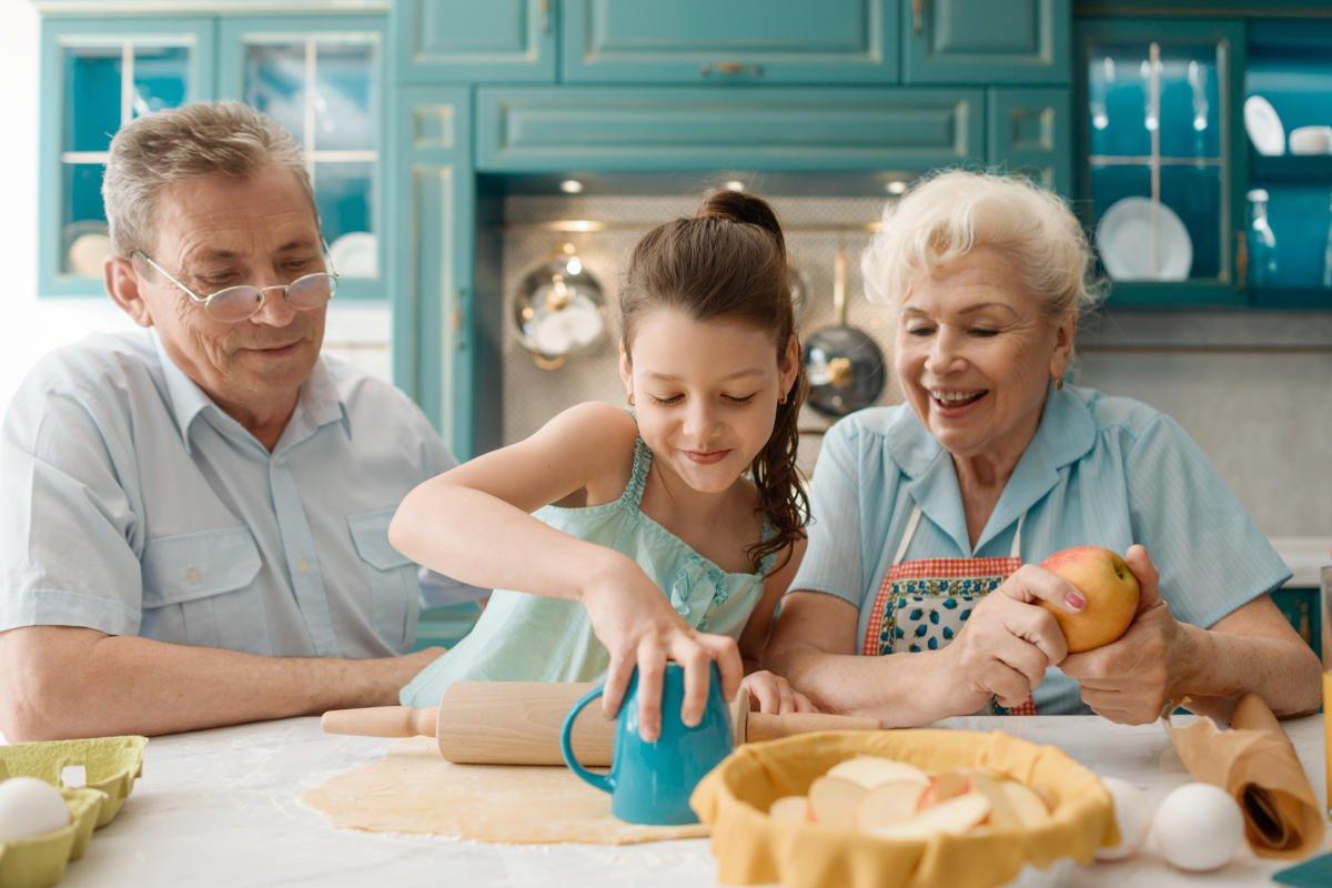 Nonni e nipoti fase 2: come comportarsi. Abbracci o cautela?