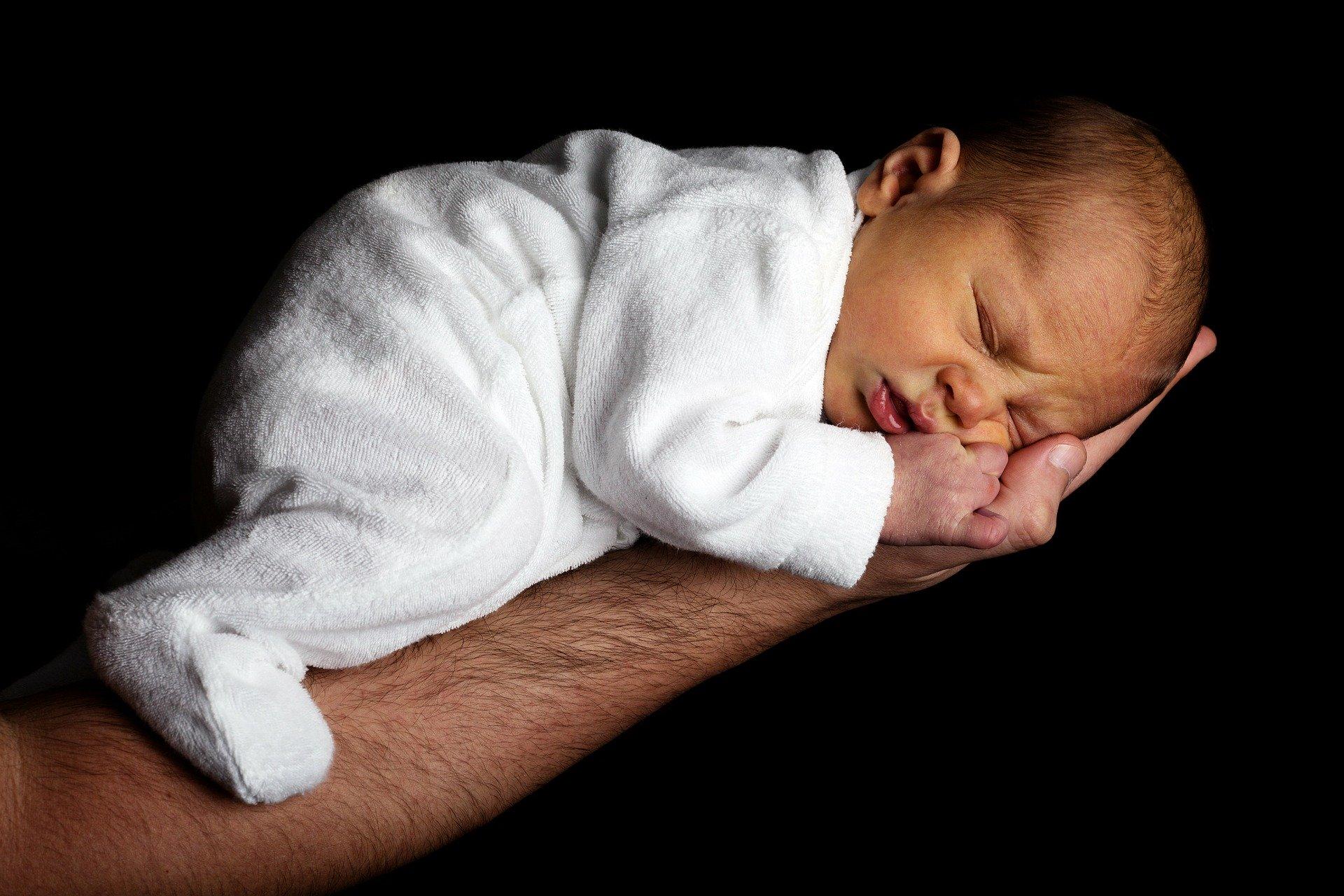 Mal di gola neonato: come capirlo? Sintomi e cure