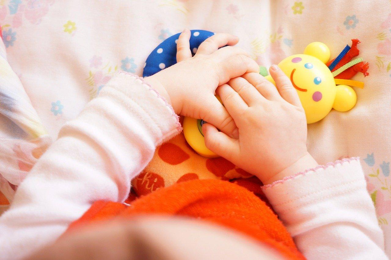 Stimolare il tatto nel neonato: attività pratiche e interessanti