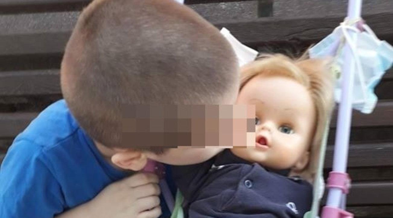 Bambino di 6 anni gioca con le bambole e risponde alle critiche: