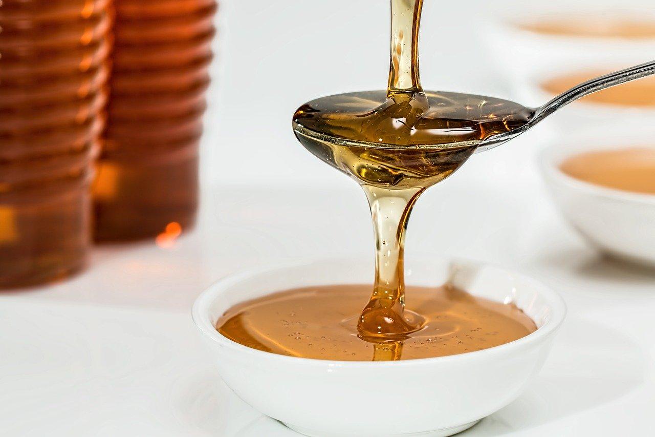 Miele in gravidanza: si può consumare? Le proprietà terapeutiche e i benefici del miele
