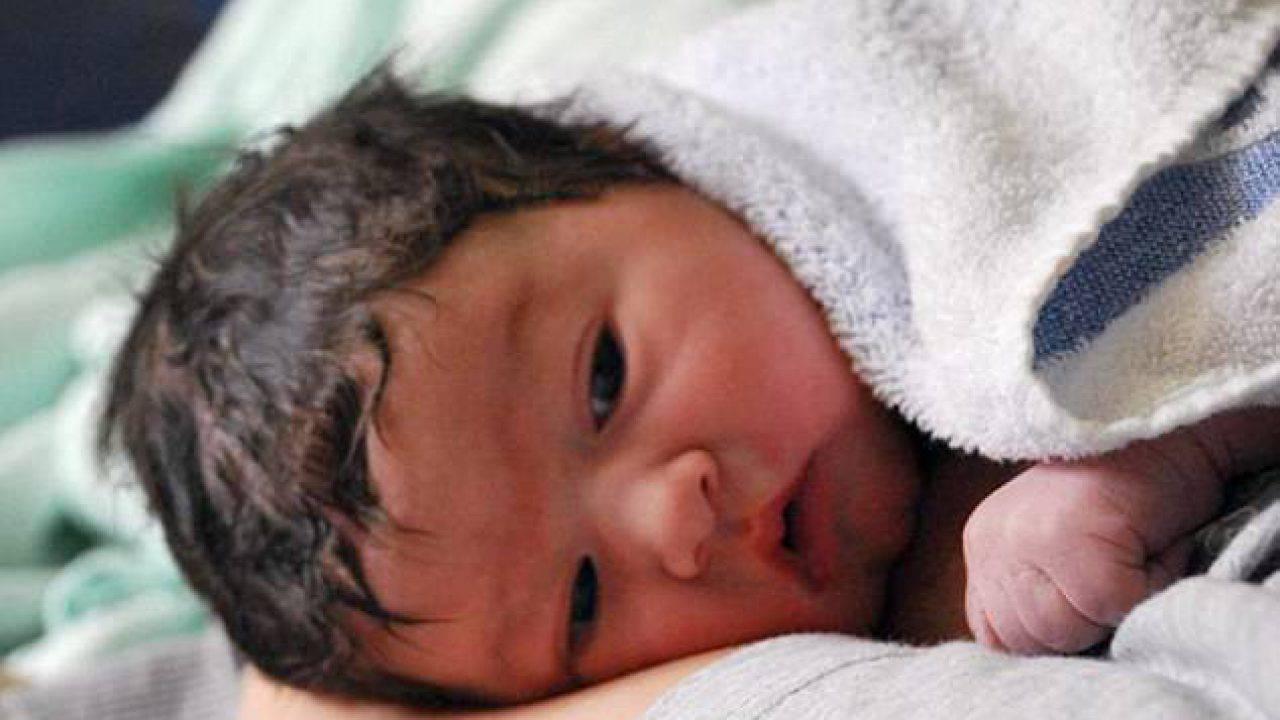 Perdita capelli neonato: perché succede? C'è da preoccuparsi?