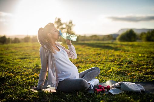 Bere acqua in gravidanza: perché gli esperti la raccomandano sempre?