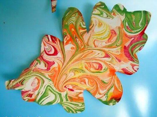 Ghirlanda con foglie marmorizzate dalla schiuma da barba disegno d'autunno