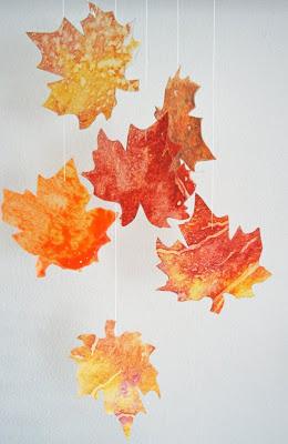 Ghirlanda con foglie marmorizzate dalla schiuma da barba disegno d'autunno lavoretti d'autunno