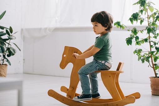 Come scegliere il cavallo a dondolo per i bambini? Ecco i migliori