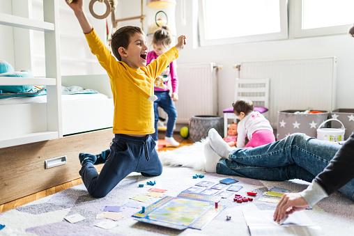 Giochi per bambini dai 2 ai 10 anni: come coinvolgerli fuori e dentro casa