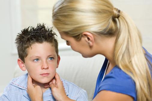 Mononucleosi nei bambini: quanto dura, è pericolosa, quali sono i sintomi e il periodo di contagio?
