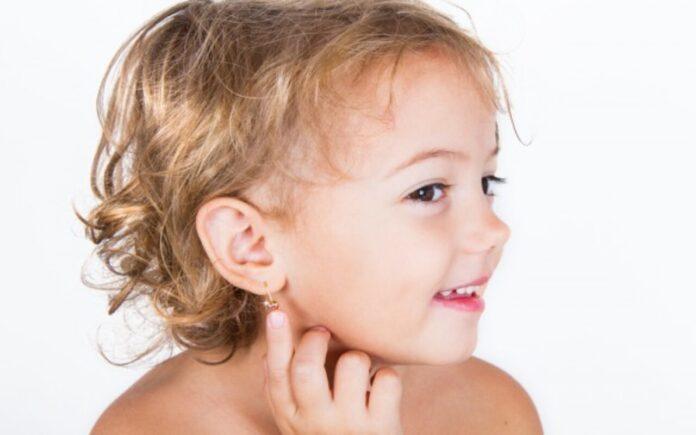buchi alle orecchie ai bambini